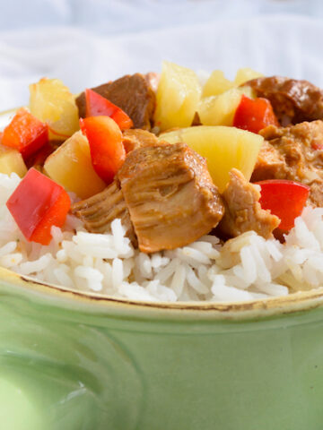 Featured image showing the finished crockpot pineapple chicken ready to eat.