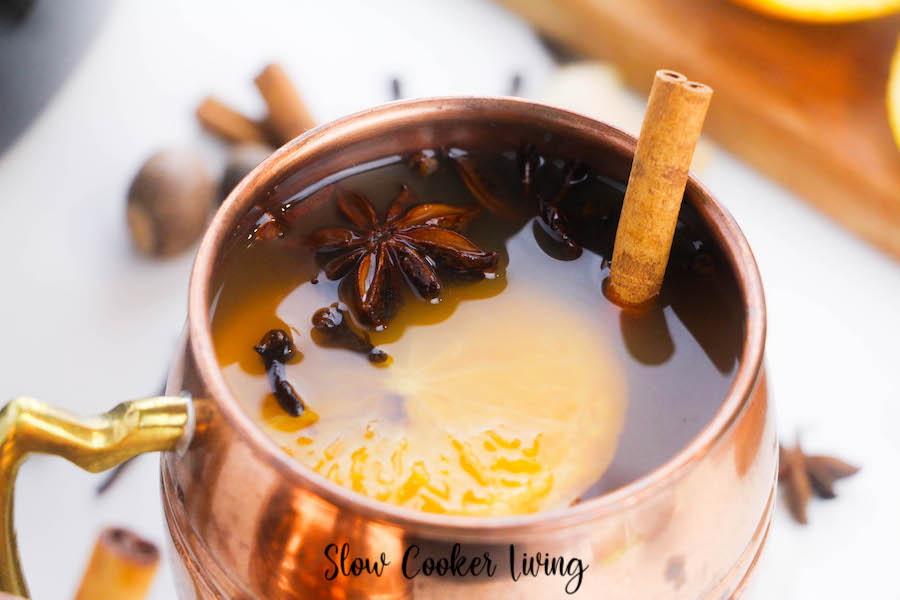 Featured image showing the finished mulled cider in a copper mug.