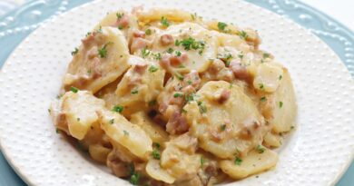 Featured image showing the finished crockpot cheesy potatoes.
